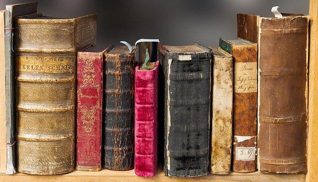 staré knihy na polici