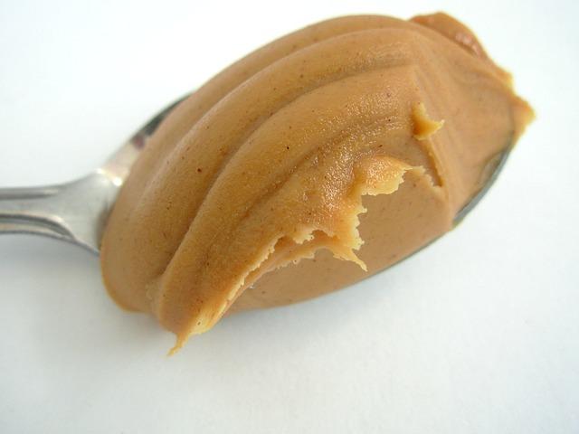 arašídové máslo na lžíci