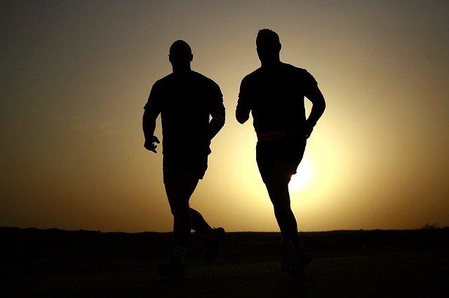 siluety běžců