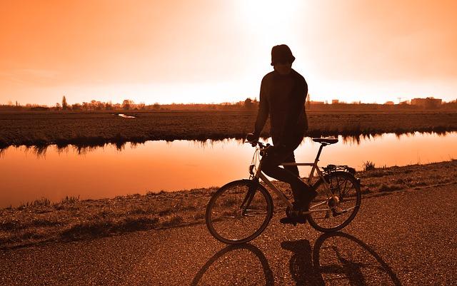 cyklista u řeky