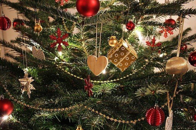 vánoční ozdoby na stromku.jpg