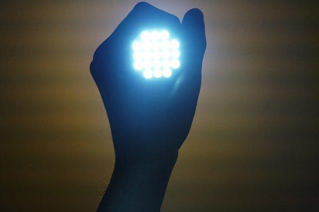 svítilna v ruce