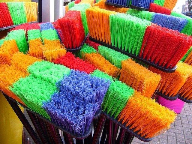 barevná košťata